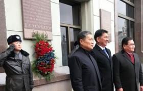 Монголын түүхийг гэрчлэх дурсгалын самбарт цэцэг өргөв