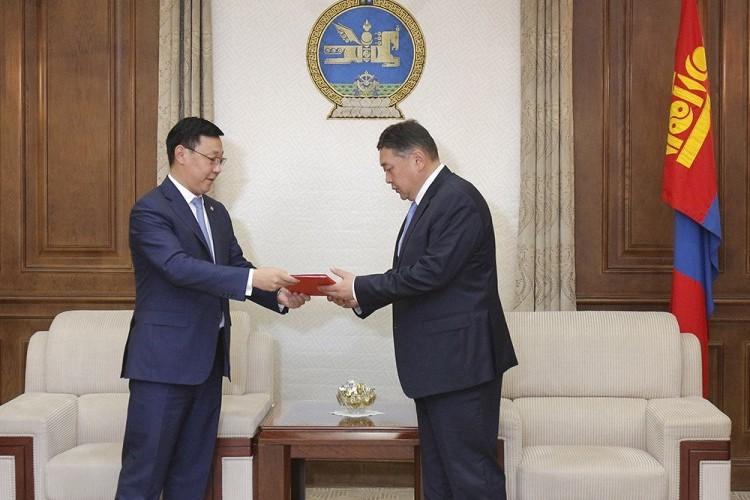 Монгол Улсын Засгийн газрын үйл ажиллагааны хөтөлбөрийн төслийг өргөн мэдүүлэв