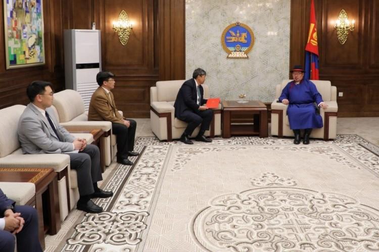 Монгол Улсын 2021 оны төсвийн тухай, Нийгмийн даатгалын сан, Эрүүл мэндийн даатгалын сангийн 2021 оны төсвийн тухай хуулийн төслүүдийг өргөн барилаа