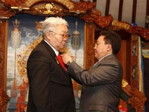 Э.Бат-Үүл, З.Алтай тэргүүдтэй хүмүүст Ардчилсан хувьсгалын 20 жилийн ойг тохиолдуулан шагнал гардуулаа