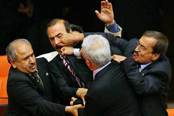 Мексикийн парламент дахь зодоон, тайчих үзүүлбэрийн тухай