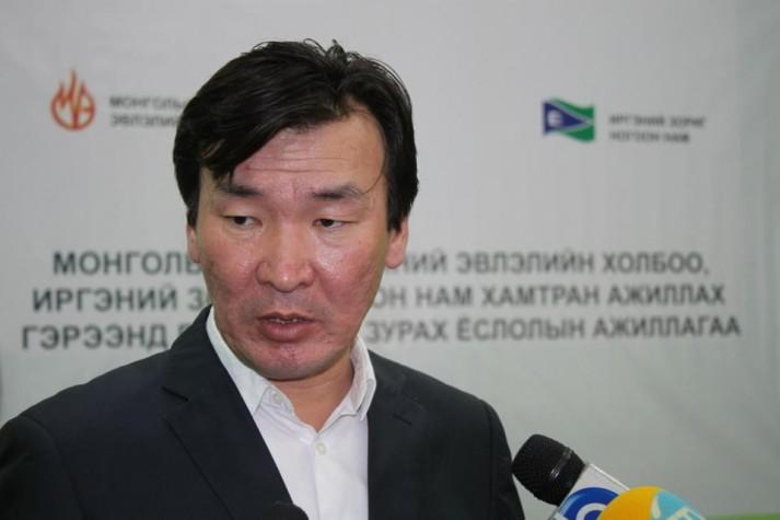 С.Ганбаатар: Монголчууд фермд хашуулсан гахай, тахиа шиг л амьдарч байна
