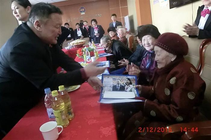 Харьяалалгүй 541 ахмад иргэдэд гарын бэлэг гардууллаа