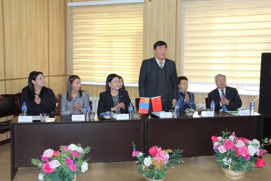 Хятадын элчин сайдын нэрэмжит анхны тэтгэлгийг Отгонтэнгэр их сургуулийн оюутан гардла