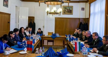 ХАА-ын сайд Р.Бурмаа Унгар улсад ажиллаж байна