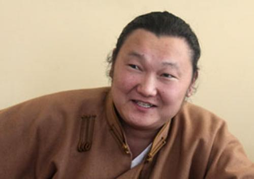 Монгол дээлээ ч өмсдөггүй байж юун олон дээл ярьдаг