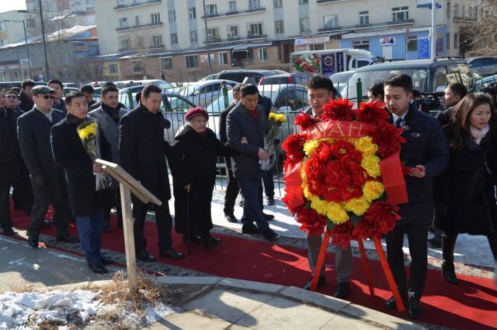 МАН-ын удирдлагууд Ю.Цэдэнбал агсаны хөшөөнд цэцэг өргөж хүндэтгэл үзүүлэв