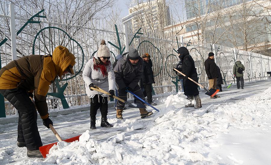 Оюутнууд зам талбайн цасыг цэвэрлэхэд хүчээ өргөнө