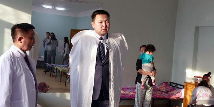 Н.Учрал хүүхдийн эмнэлэгт дулаан хөнжил бэлэглэлээ