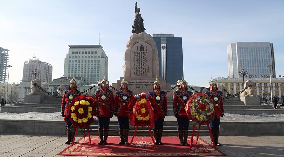 Жанжин Д.Сүхбаатарын хөшөөнд цэцэг өргөж, хүндэтгэл үзүүллээ
