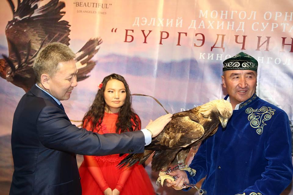 """Дэлхийг шуугиулж буй """"Бүргэдчин охин"""" кино Монголд нээлтээ хийлээ"""