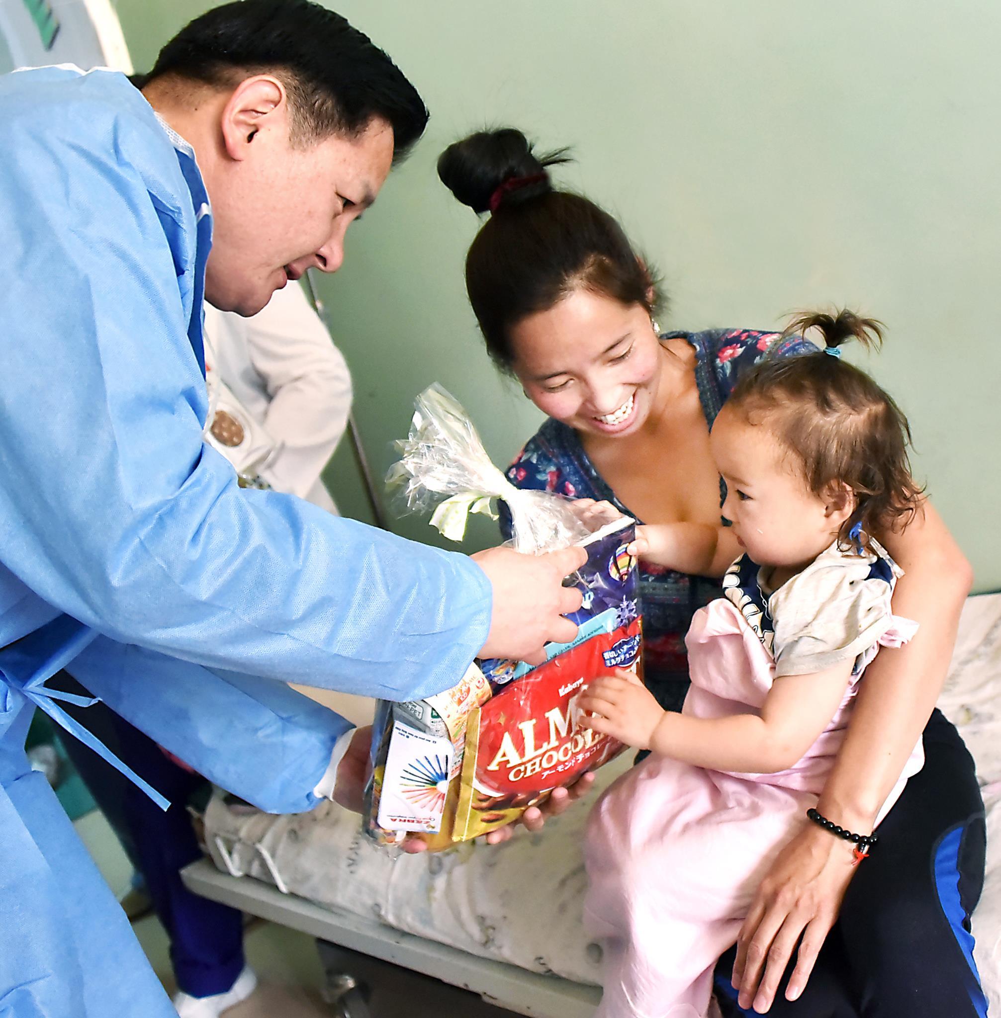 Ерөнхий сайд ГССҮТ-д хэвтэн эмчлүүлж буй хүүхдүүдэд гарын бэлгээ илгээлээ