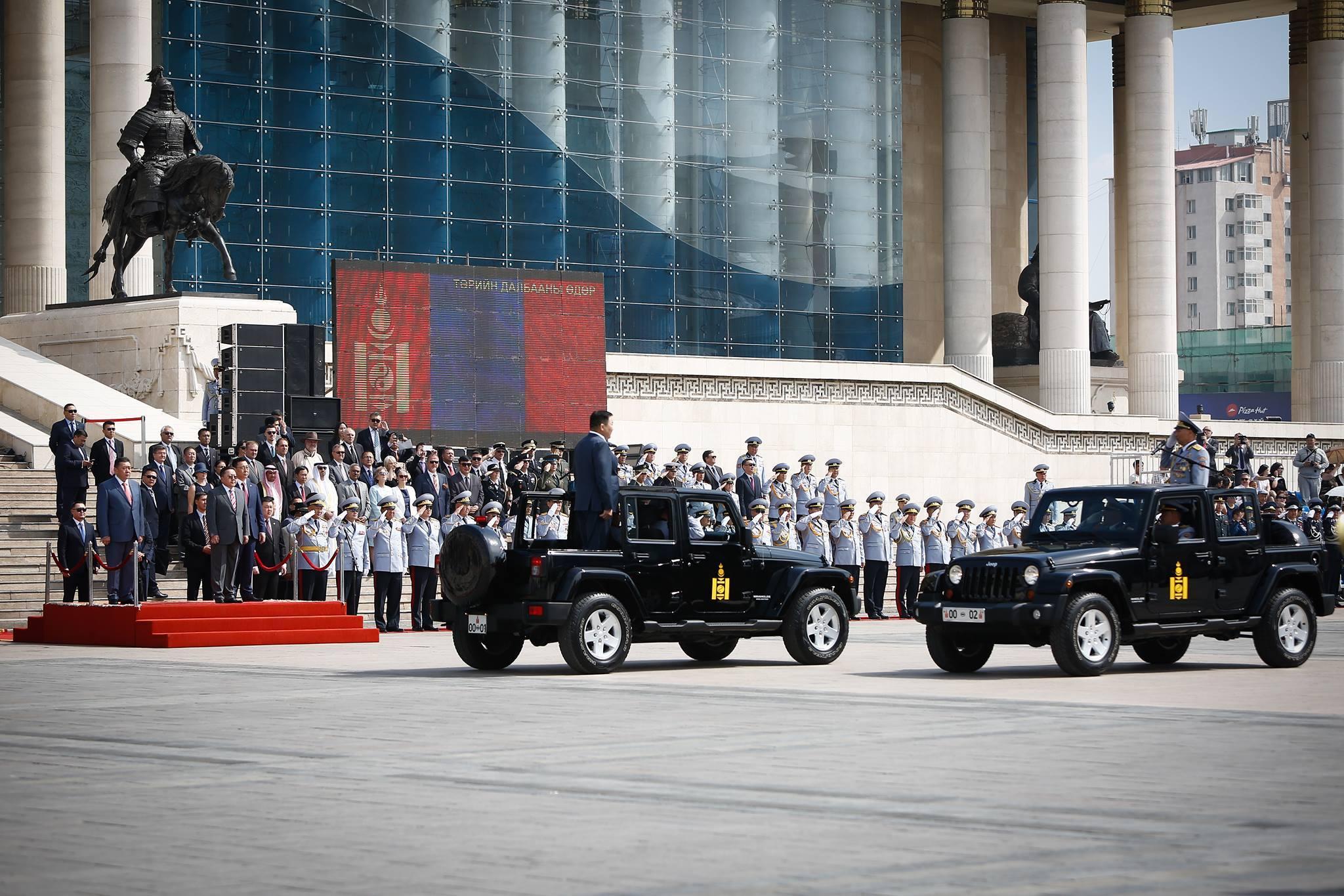 Д.Сүхбаатарын талбайд цэргийн сүрт жагсаал болов