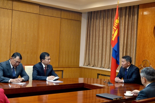 """Монгол Улсын Ерөнхийлөгч Х.Баттулга АТГ-ын удирдлагуудыг хүлээн авч уулзаж, """"60 тэрбумын"""" асуудлыг шалгах явцад нухацтай хандахыг анхаарууллаа"""