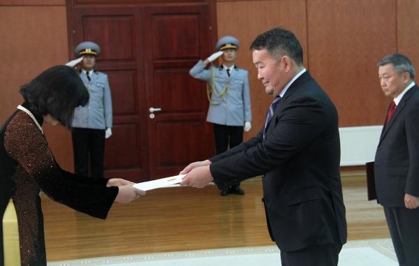 Монгол Улсын Ерөнхийлөгч Х.Баттулгад БНСВУ-аас Монгол Улсад суух Онц бөгөөд Бүрэн эрхт Элчин сайд Доан Тхи Хыөнг  Итгэмжлэх жуух бичиг барив.