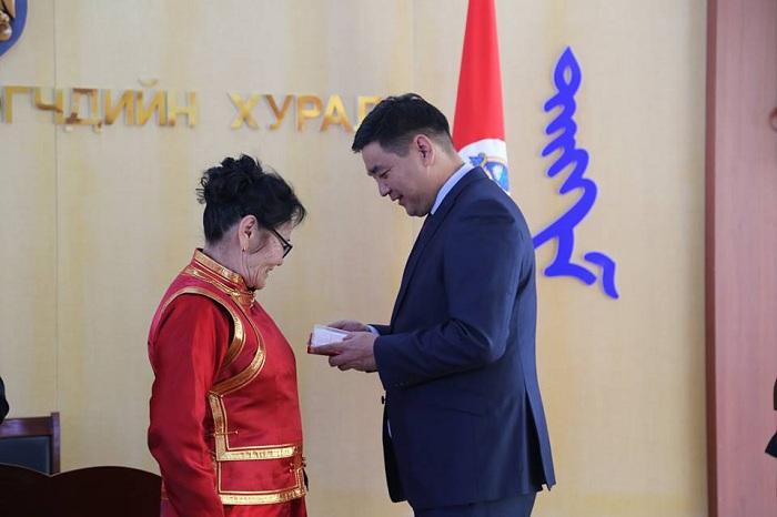 Хан-Уул дүүргийн иргэдэд төрийн дээд одон, медаль гардуулах ёслол боллоо