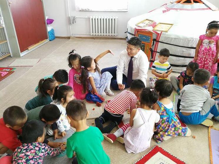 УИХ-ын гишүүн Х.Нямбаатар хүүхэд багачуудын эрүүл мэндэд онцгойлон анхаарч байна