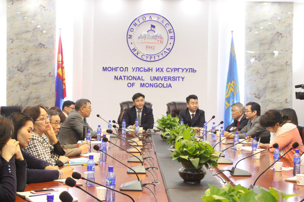Монгол судлалын чиглэлийн эрдэмтэн багш нартай чөлөөт ярилцлага зохион байгуулав