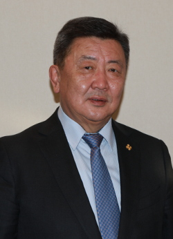 Монгол төрийн мэлмий тунгалаг, бат оршиж, Монгол цэргийн сүр хүч мандан бадрах болтугай.