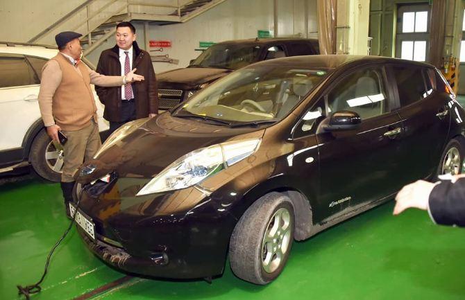 """Н.Учрал гишүүн албан хэрэгцээндээ """"Nissan leaf"""" машин хөлөглөнө"""