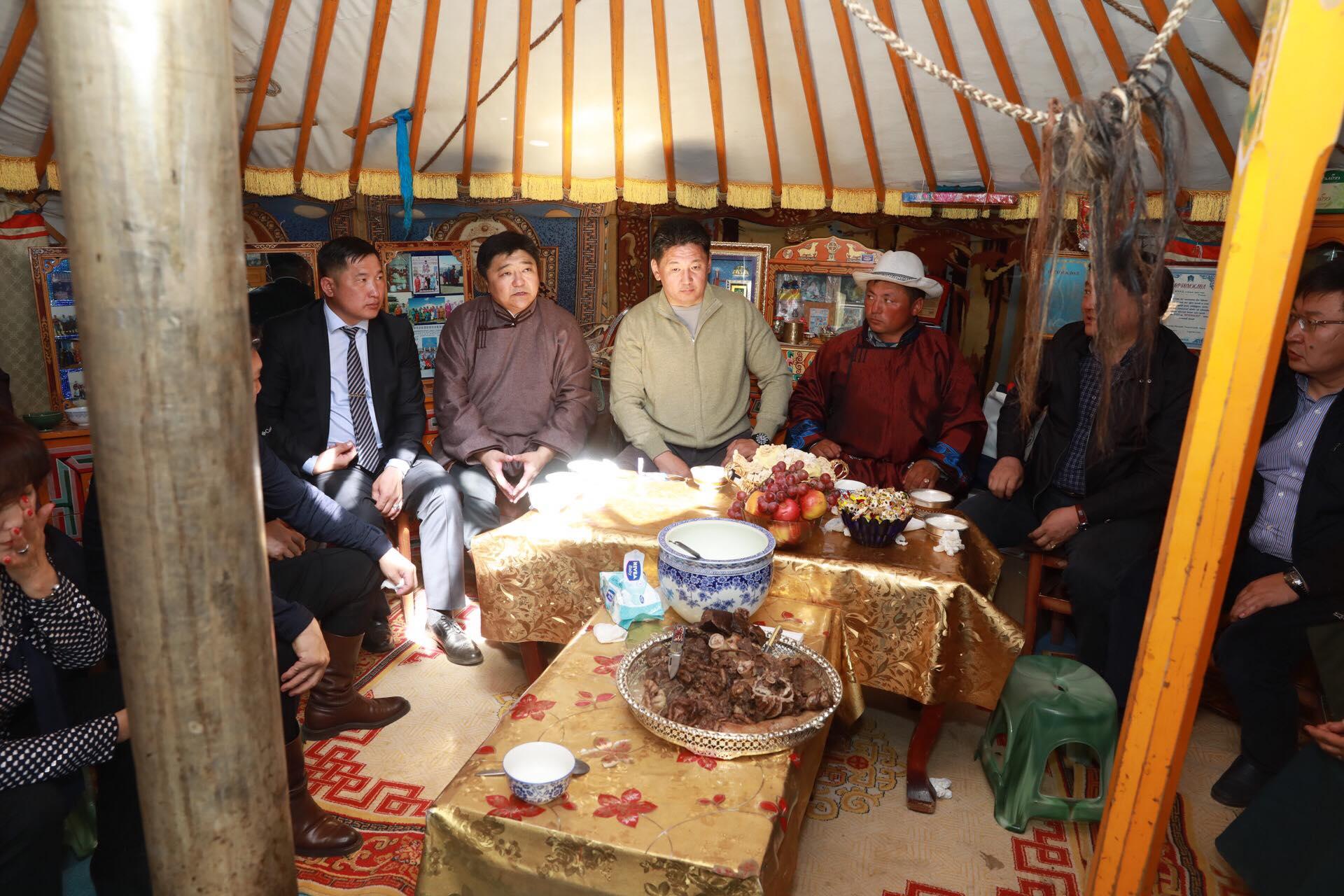Ерөнхий сайд Өвөрхангай аймгийн Бүрд сумын малчин М.Ганзоригийнд зочлов