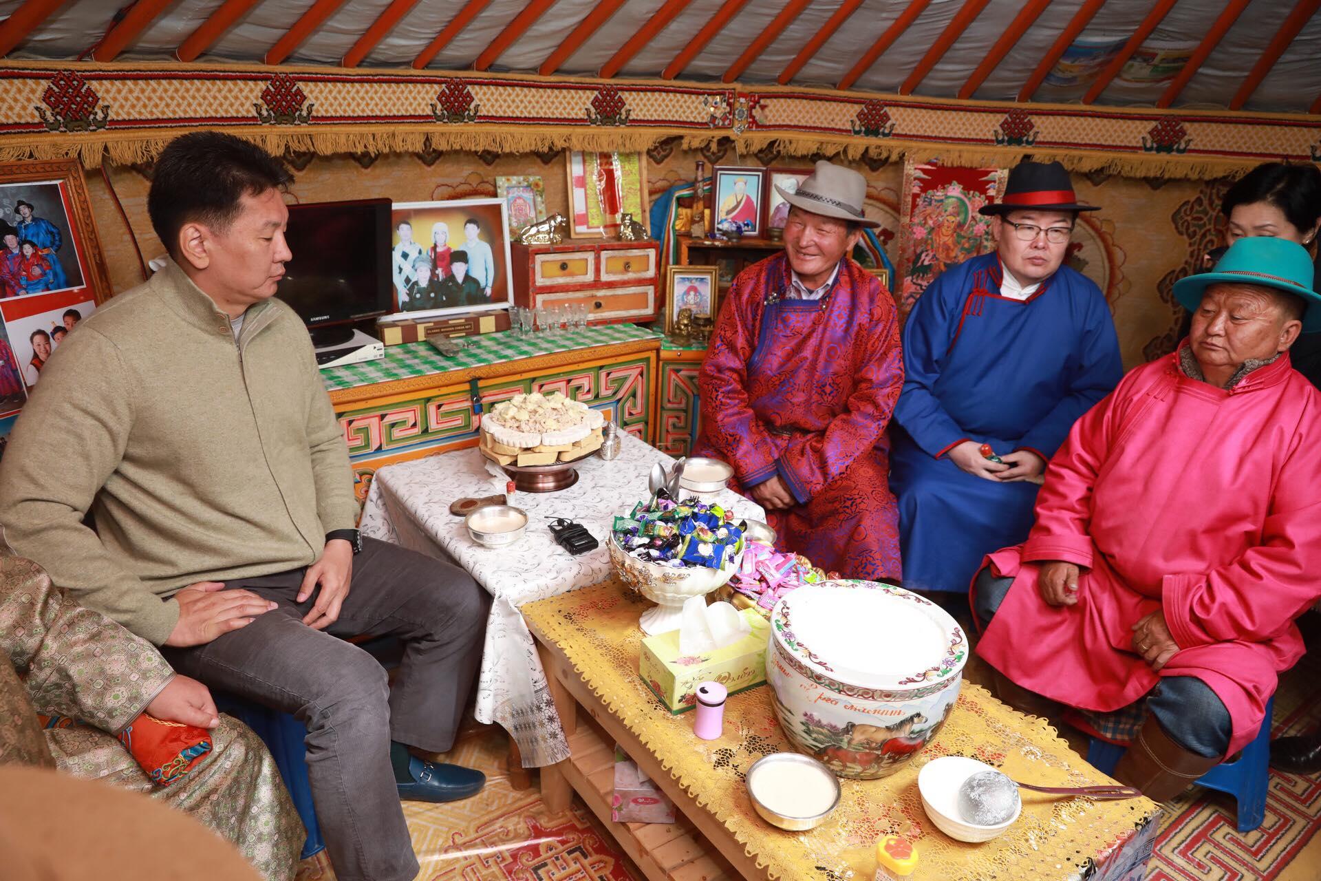 Ерөнхий сайд Баянхонгор аймгийн Өлзийт сумын малчин Д.Бямбадоржийнд зочиллоо