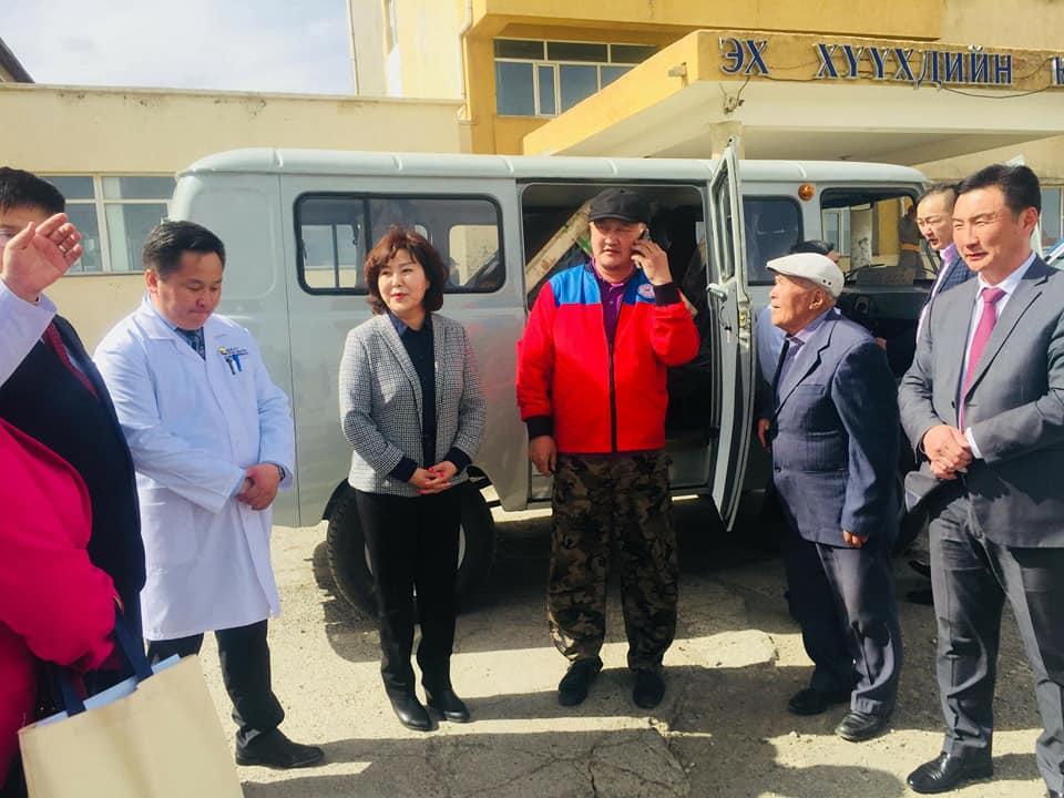 Өвөрхангай аймгийн бүсийн БОЭТ болон Есөнзүйл сумын эмнэлэгт түргэн тусламжийн автомашин гардуулан өглөө