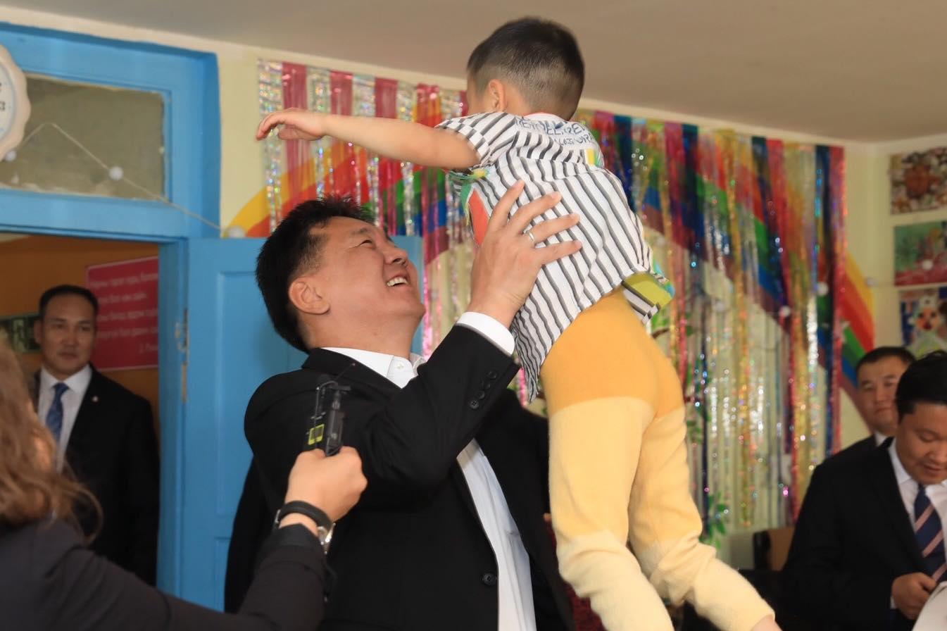 """Ерөнхий сайд У.Хүрэлсүх хүүхдийн асрамжийн """"Эрдэм төв""""-ийн байшинг эзэмшилд нь үлдээнэ гэв"""