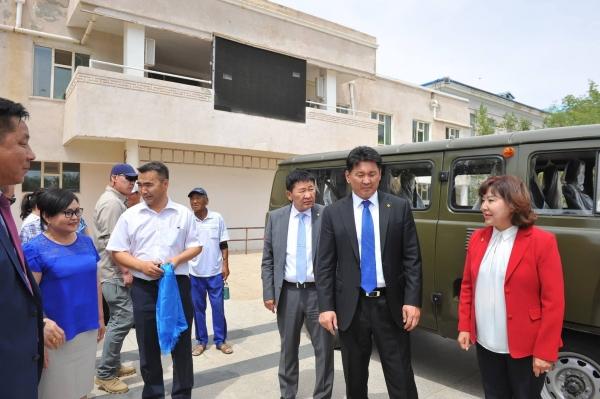 Дорноговь аймгийн нэгдсэн эмнэлэгт түргэн тусламжийн автомашин гардуулж өгөв
