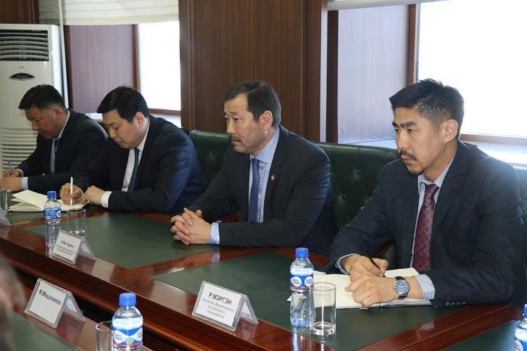 Зам, тээврийн хөгжлийн сайд Ж.Бат-Эрдэнэ өнөөдөр БНХАУ-ын Шеньхуа группын Лү Бин тэргүүтэй холбогдох төлөөлөгчдийг хүлээн авч уулзлаа