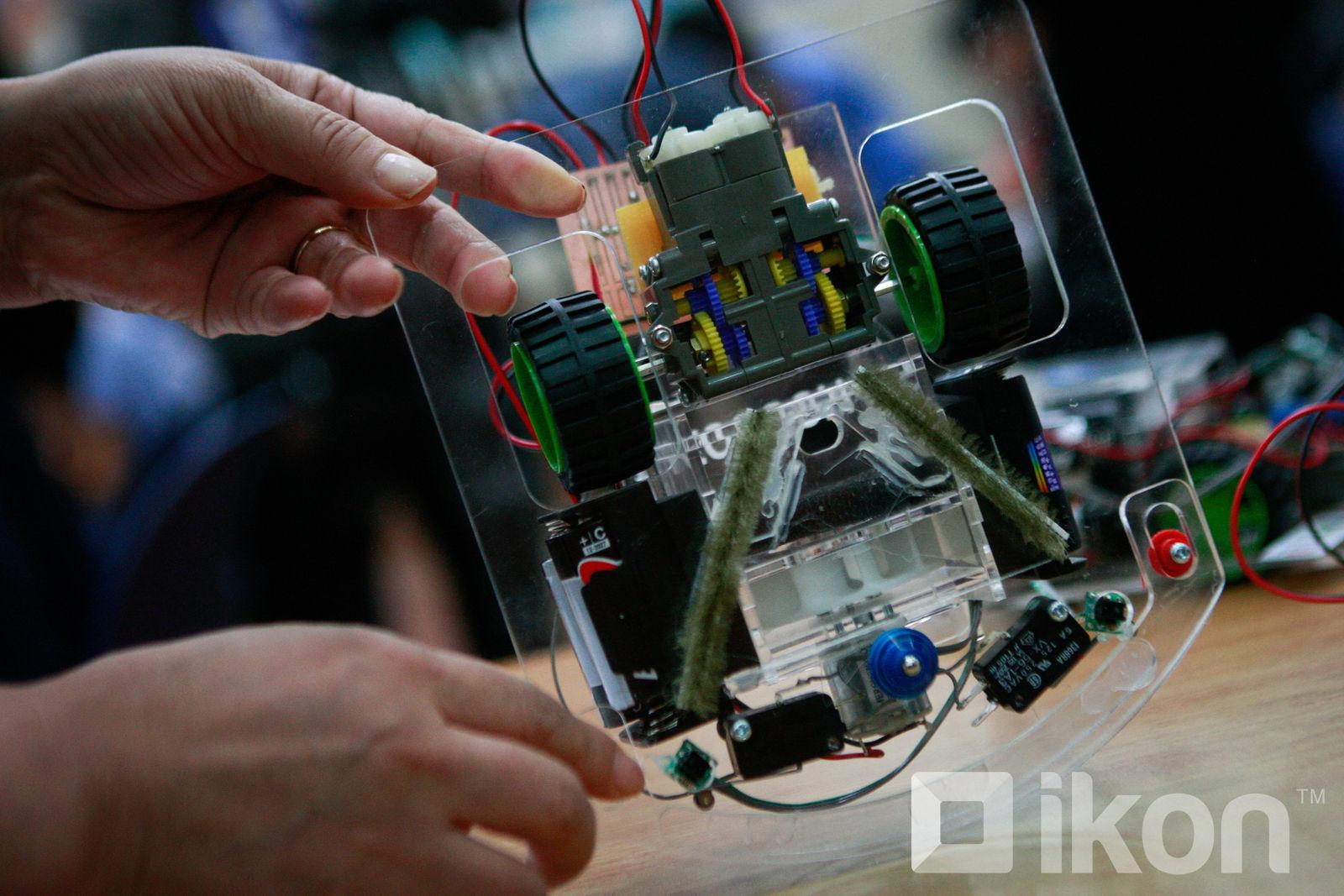 Монгол хүүхдүүд шал цэвэрлэдэг робот угсарч сурав