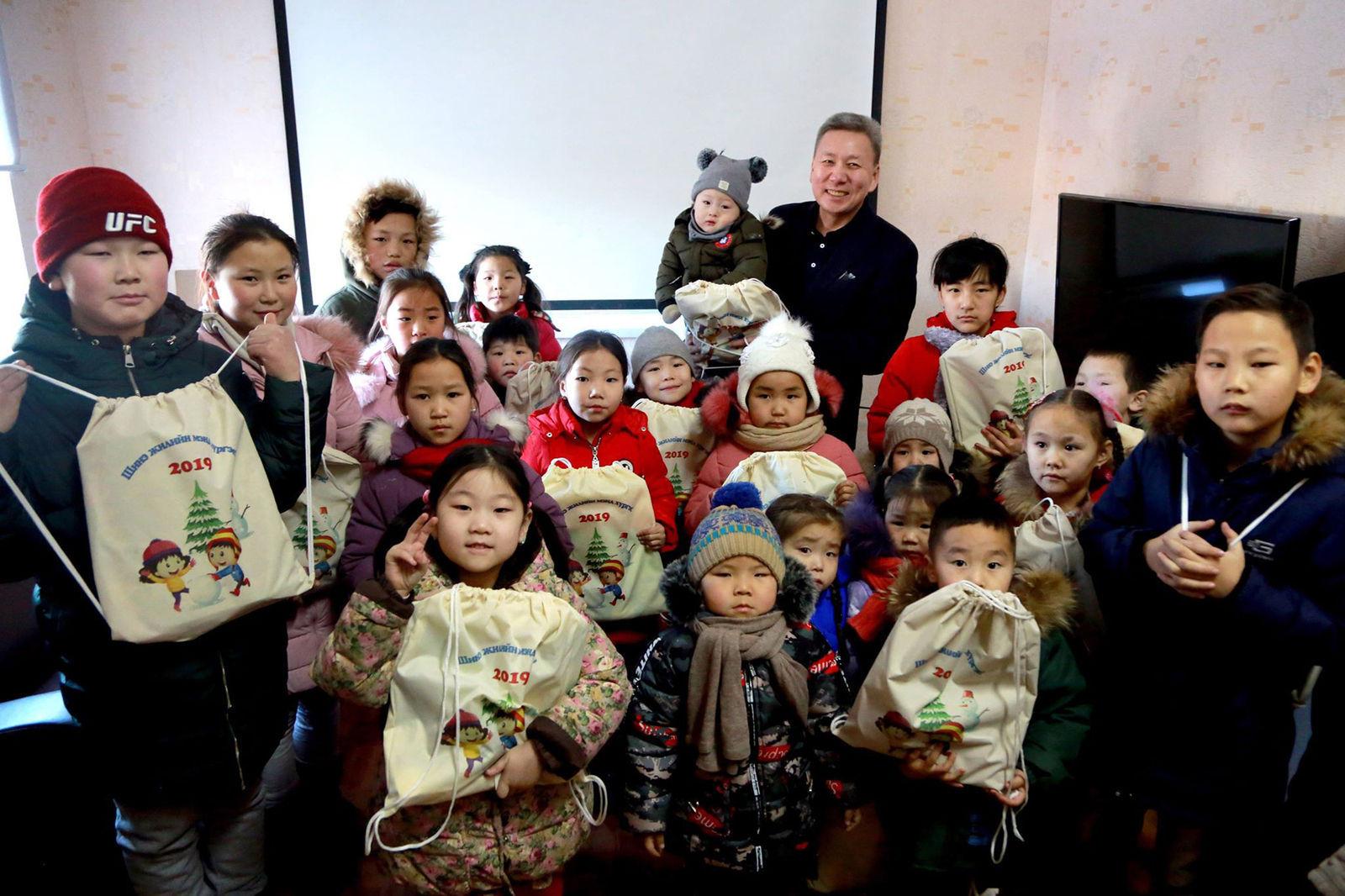 Л.Болд гишүүн тойргийнхоо хүүхэд багачуудыг баярлууллаа