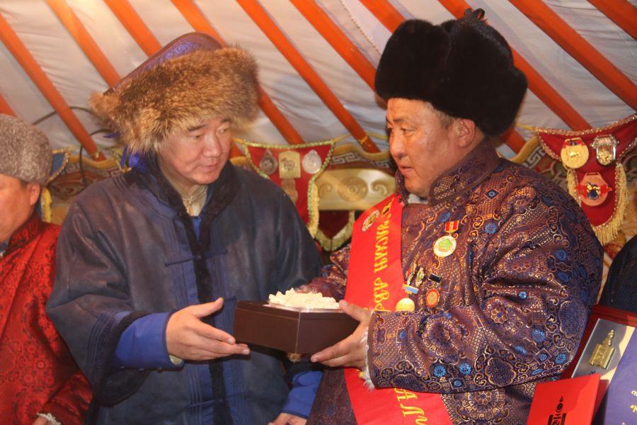 Монгол Улсын аварга малчин М.Мөнхбат малынхаа эрүүл мэндэд онцлон анхаарч байна