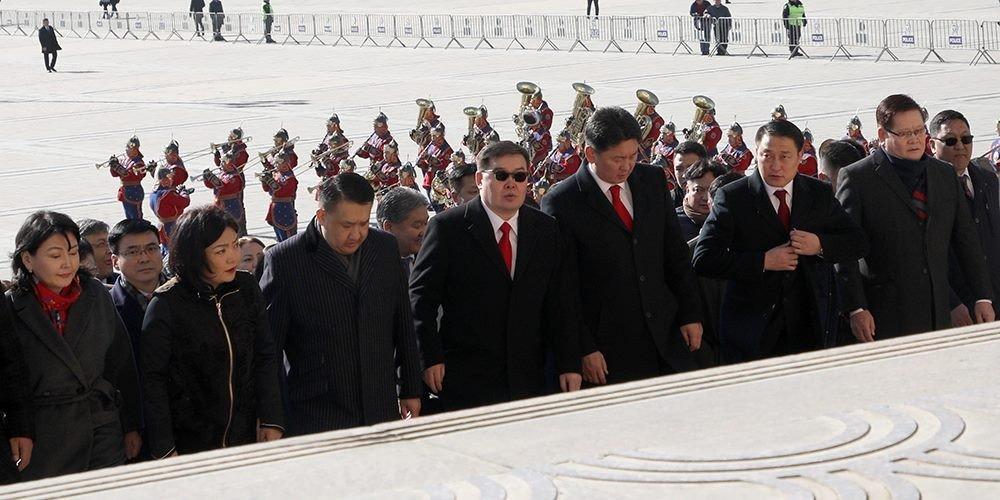 Жанжин Д.Сүхбаатарын хөшөөнд цэцэг өргөж, Их Эзэн Чингисийн хөшөөнд хүндэтгэл үзүүллээ