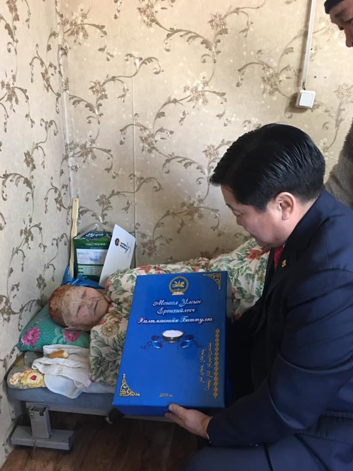 Өндөр настан Ж.Замбагад Монгол Улсын Ерөнхийлөгчийн сар шинийн мэндчилгээг гардууллаа