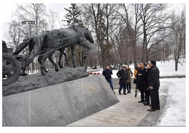 """""""Ялалтад тэмүүлсэн морьд"""" хөшөөнд хүндэтгэл үзүүллээ"""