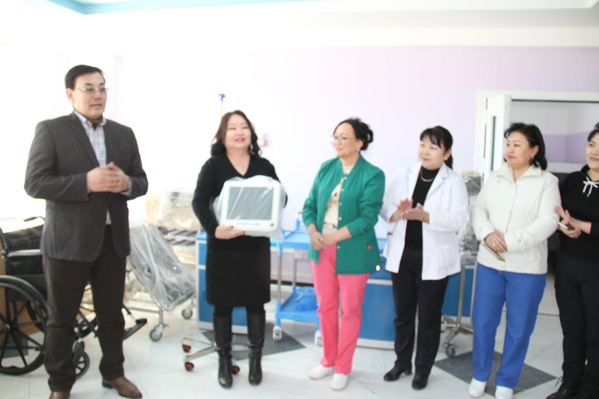 Төрөх эмнэлэгт 36 сая төгрөгийн өртөг бүхий тоног төхөөрөмж хүлээлгэн өглөө