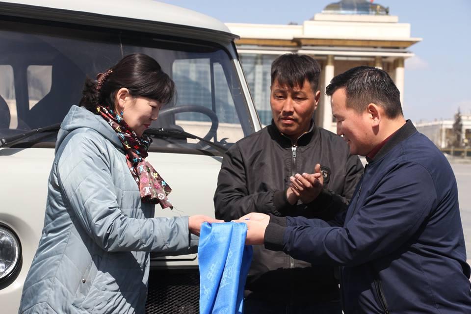 Ханх сумын сургуульд фургон автомашин гардууллаа