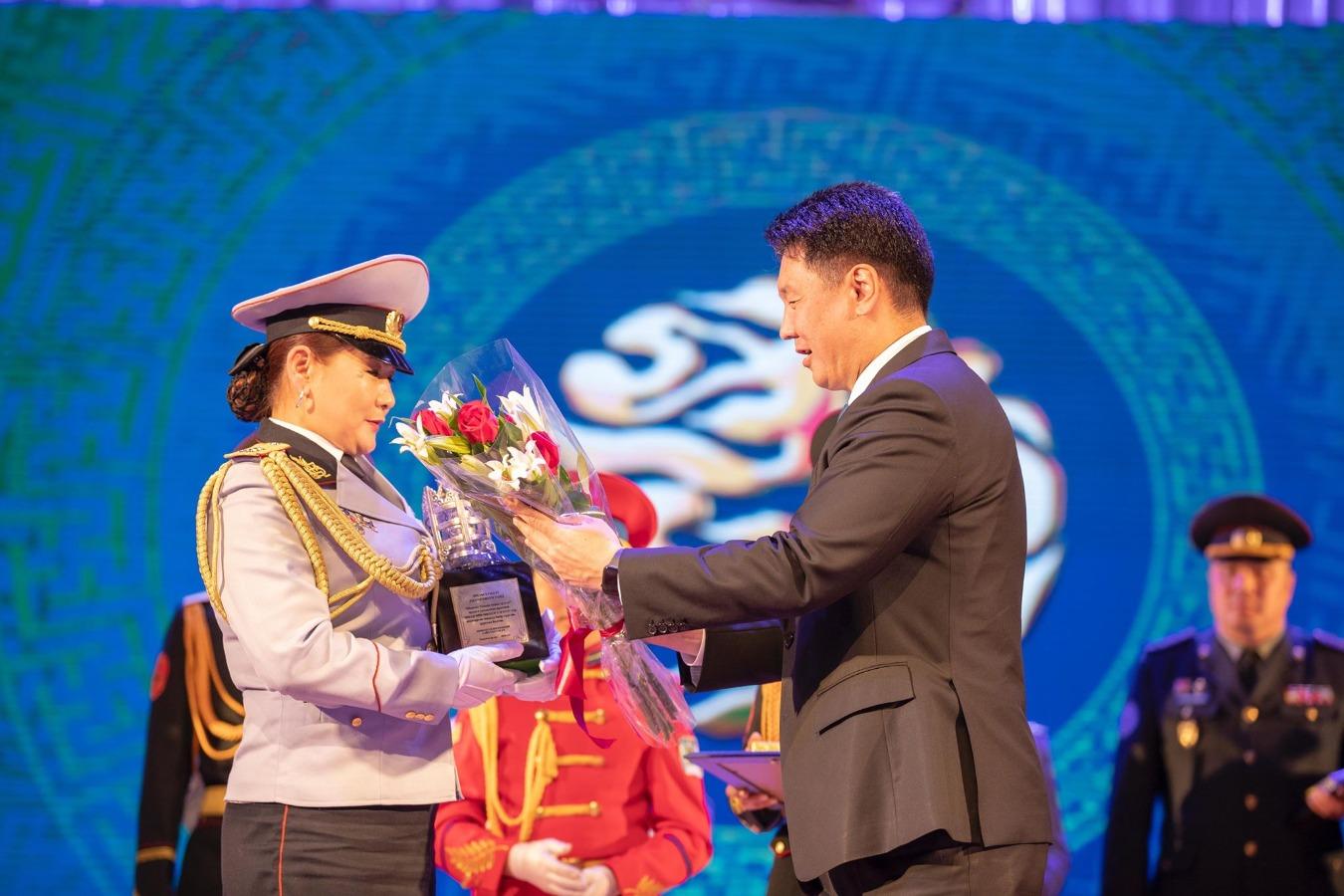 Ерөнхий сайд У.Хүрэлсүх төрийн цэргийн байгууллагад ажиллагсдын гэр бүлд хүндэтгэл үзүүлэв