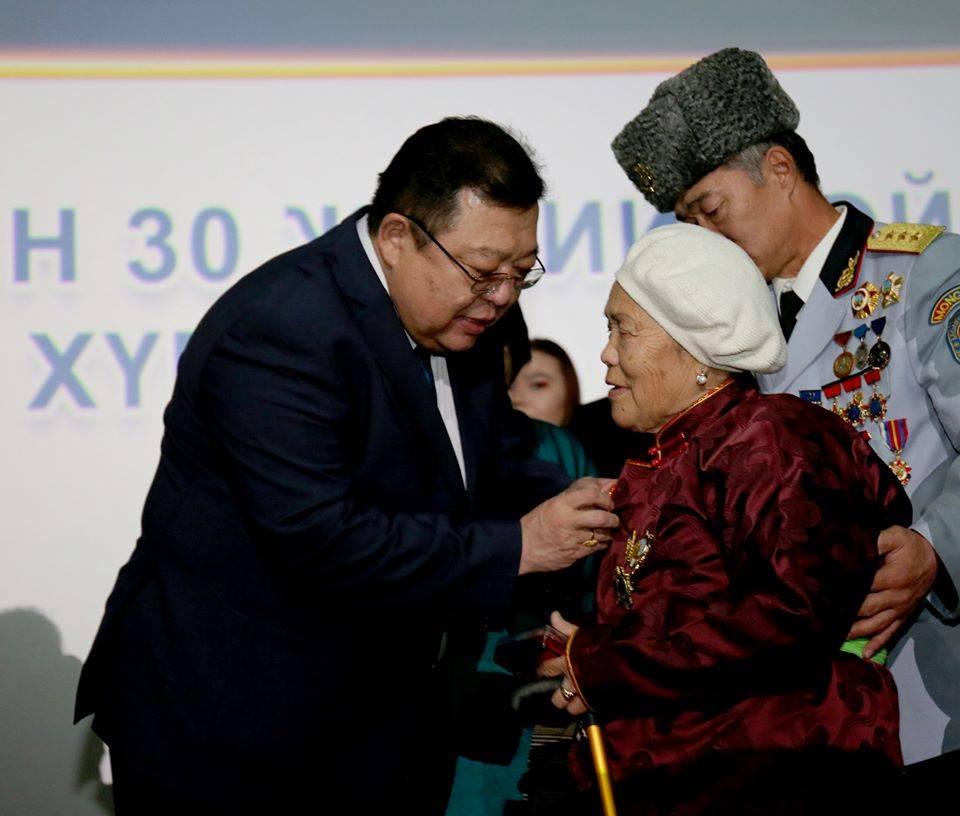 МУ-ын Ерөнхийлөгчийн зарилгаар ардчилалын анхдагчид, гишүүд, дэмжигчдэд төрийн шагнал гардууллаа