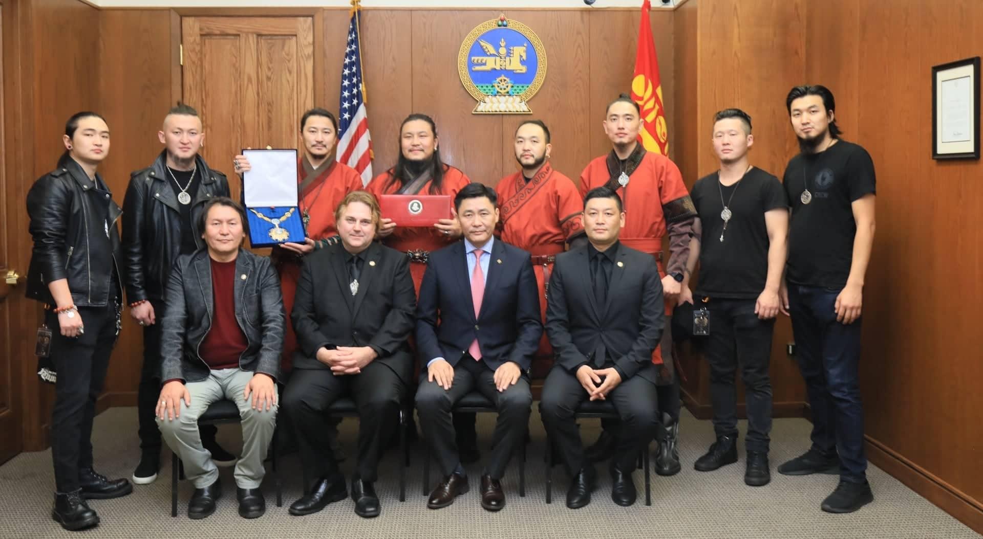 """The Hu хамтлагийнхан """"Чингис хаан"""" одонгоо гардан авлаа"""