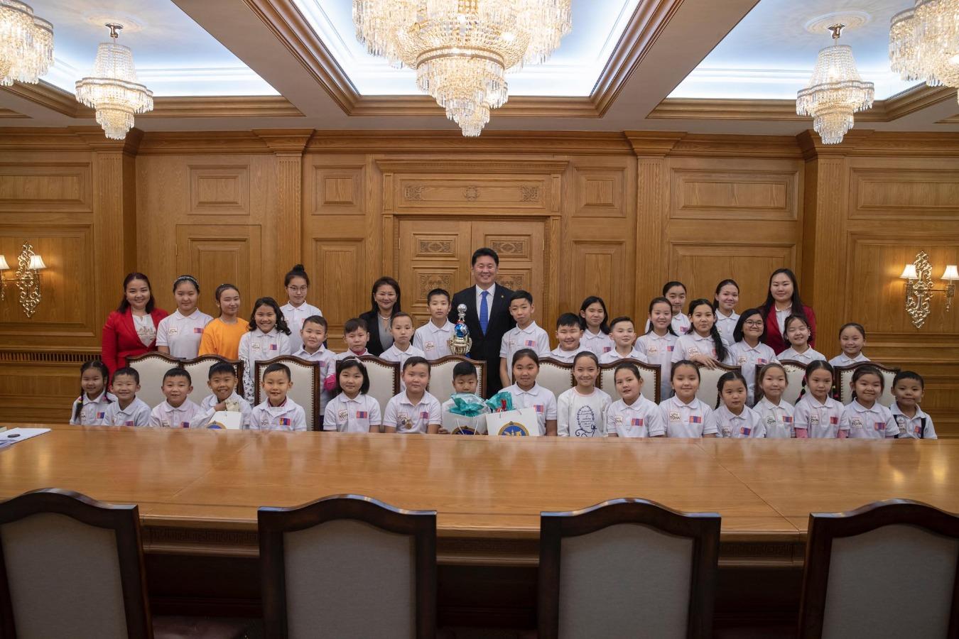 Олон улсын цээж тооллын тэмцээнд амжилт гаргасан хүүхдүүдийг хүлээн авч уулзаж, баяр хүргэв