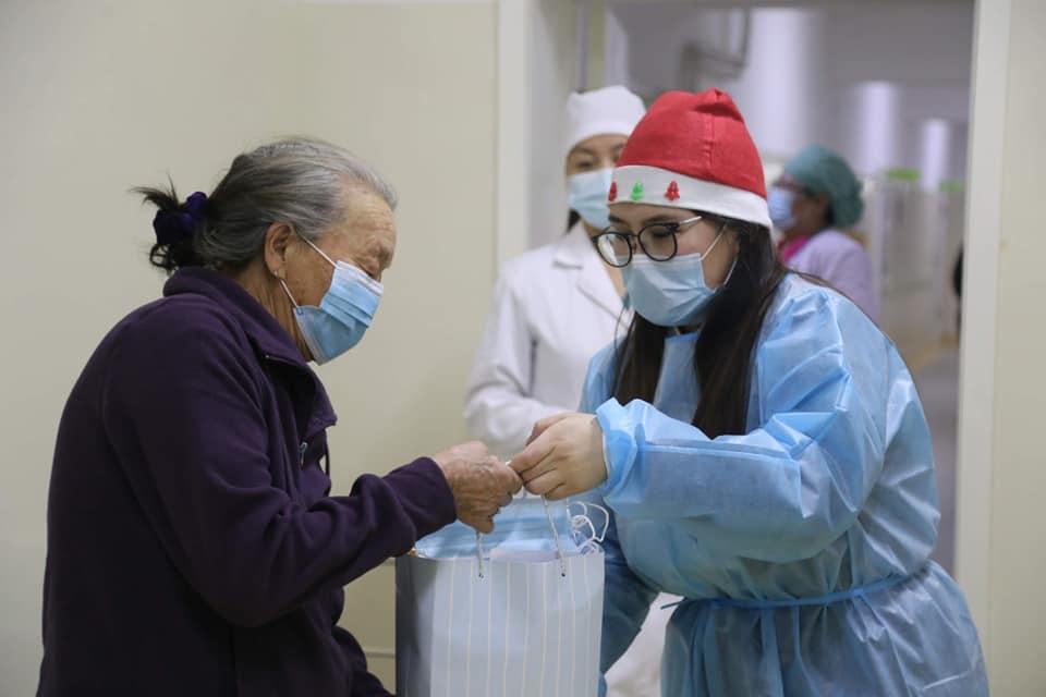 Эмнэлгүүдэд хэвтэн эмчлүүлж байгаа 250 иргэдэд дархлаа дэмжих хэрэглээний зүйлс хүргүүллээ