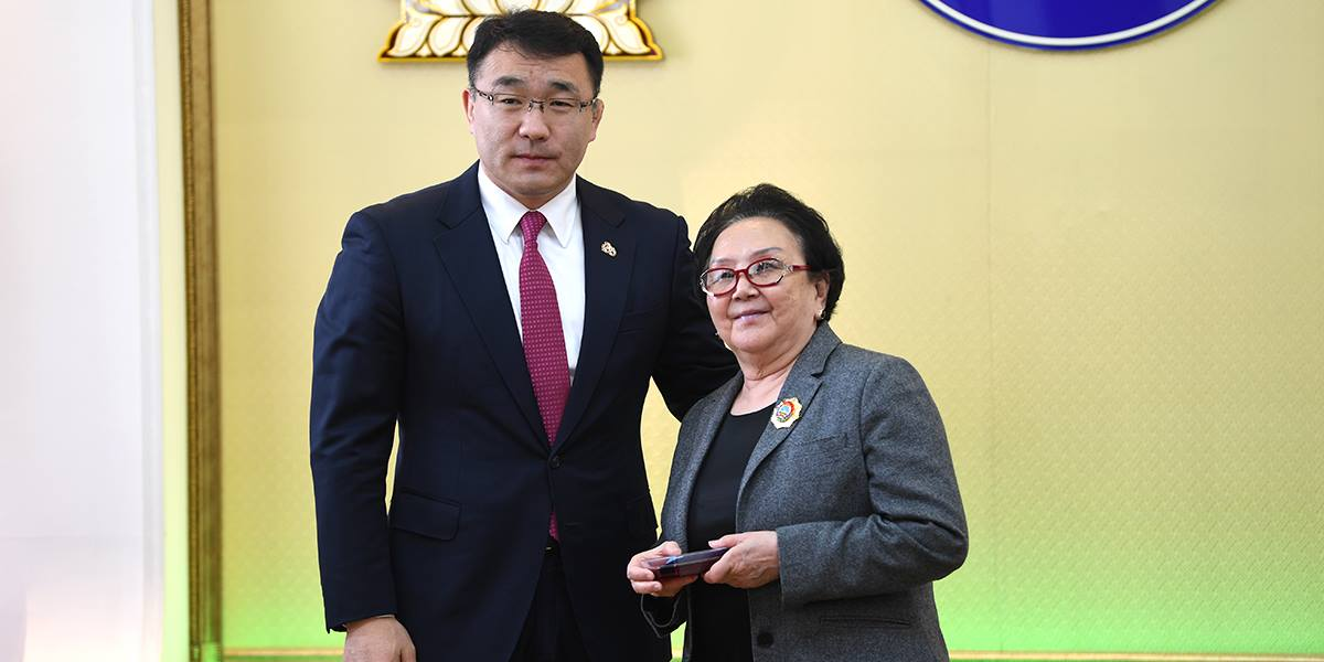 Хотын дарга төрийн дээд одон, медаль гардууллаа